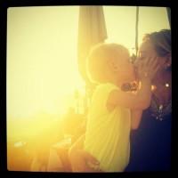 عکس هیلاری داف در حال بوسیدن پسرش
