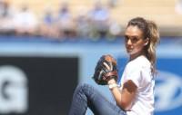 عکس جسیکا آلبا در حال بیسبال بازی کردن