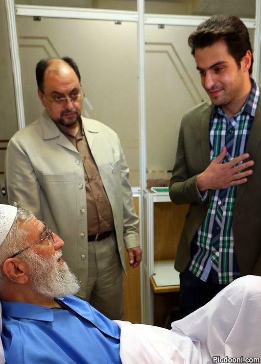عکس علی ضیا در حال عیادت از رهبر