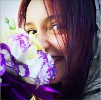 عکس نازنین بیاتی و گل