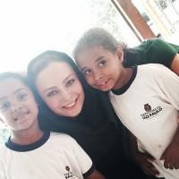 عکس یکتا ناصر با کودکان برزیلی