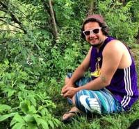 عکس علی صادقی در جنگل