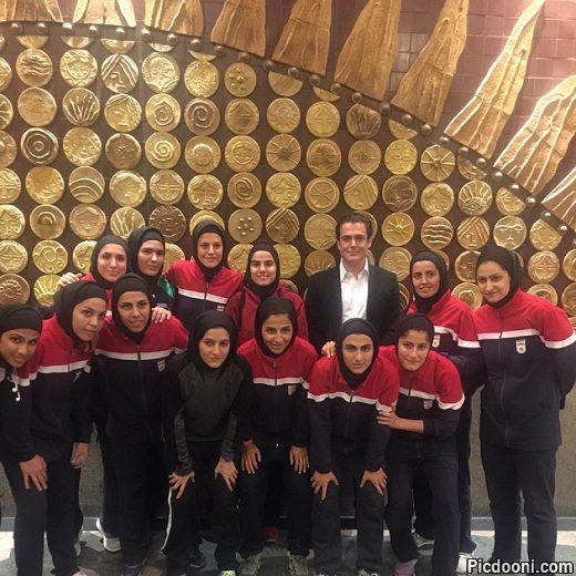 عکس محمدرضا گلزار با بازیکنان فوتسال بانوان