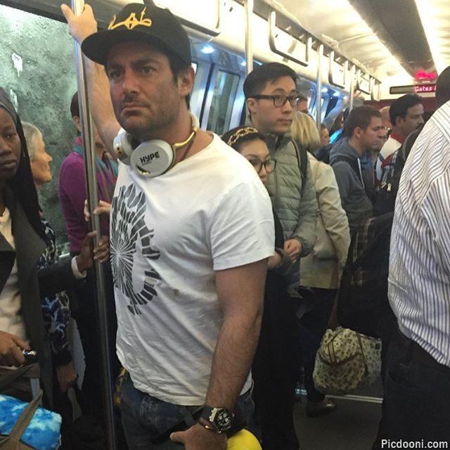 عکس محمدرضا گلزار در مترو