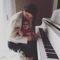 عکس سلنا گومز و پسر خوانده اش با پیانو