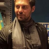 عکس دانیال عبادی با شال گردن