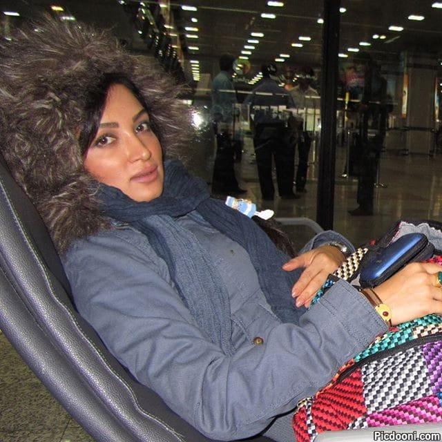 عکس روناک یونسی در فرودگاه