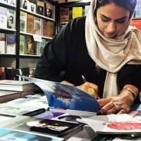 عکس تینا پاکروان در کتاب فروشی