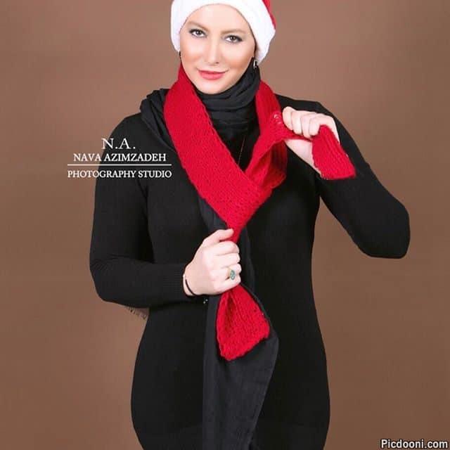 عکس آتلیه ای فریبا نادری با شال و کلاه قرمز