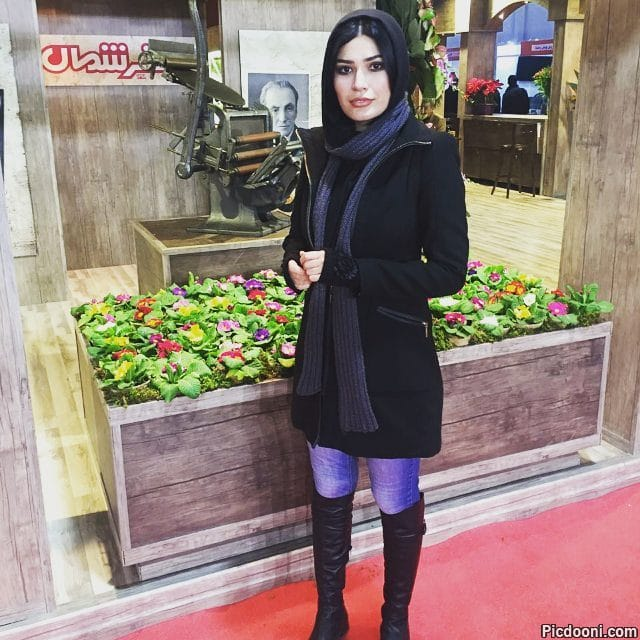 عکس شیوا طاهری با دستگاه چاپ